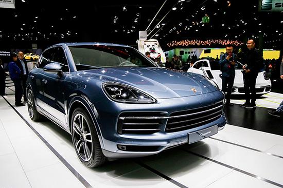 外观方面,保时捷全新Cayenne与现款车型保持了很高的相似度,整体车身轮廓并没有太大的改变。不过在细节方面,新车融入了诸多最新设计,借鉴了经典跑车911的外观设计,整体看上去更加低矮,造型感更强。全新样式的进气格栅更为宽大,彰显出性能的味道。此外,保时捷全新Cayenne还配备了带有保时捷动态照明系统的全LED前大灯组,可实现弯道和机动车道照明等各种照明模式,点亮效果十分明显。